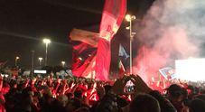 Napoli, è una lunga notte di follia: in diecimila in delirio all'aeroporto