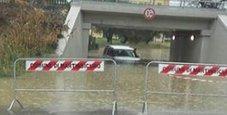 Immagine Auto bloccata: si tuffa e salva una donna