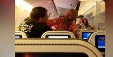 Immagine Rissa sull'aereo, schiaffi e pugni a bordo | Video