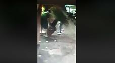 Napoli: ladri di cicas in azione, ripresi dalle telecamere di un bar