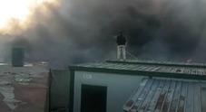 Maxi rogo a Giugliano: le fiamme minacciano il campo rom. Nube visibile da Ischia