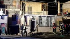 Bomba sotto casa del papà per una vendetta in famiglia, passante ferito nel Napoletano