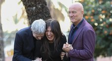 Sanremo, cachet d'oro per i presentatori: 700mila euro per Baglioni, 450 per Bisio, 350 per la Raffaele