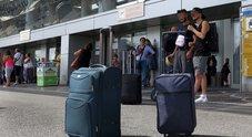 Napoli, l'agosto nero dei tassisti: «L'aeroporto di Capodichino invaso dagli abusivi»