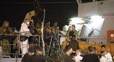 Pozzallo, tutti sbarcati i 450 migranti. Anche l'Irlanda ne accoglierà venti
