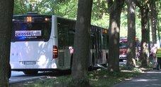 Germania, accoltella passeggeri sul bus: 8 feriti, due gravi. Assalitore arrestato, non si esclude terrorismo