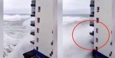 Immagine Mareggiata sul palazzo: distrutti tre piani di balconi