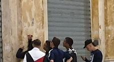 Napoli, la Galleria Umberto sfregiata dai vandali a Pasquetta