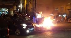 Cippo di Sant'Antonio, è guerriglia: rifiuti a fuoco e sassi sui pompieri