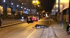 Corso Meridionale, in scooter senza casco finisce contro un'auto