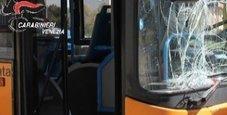 Immagine Per noia spaccano il bus con bastoni e pietre
