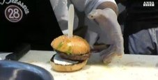Immagine Il boccone dell'hamburger gli va di traverso e muore