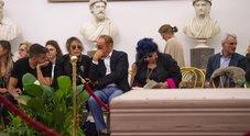 Addio De Crescenzo, l'ultimo saluto al professor Bellavista: tutti in fila alla camera ardente al Campidoglio