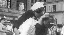 Morto George Mendonsa, il marinaio che baciava l'infermiera nella foto più famosa del Novecento