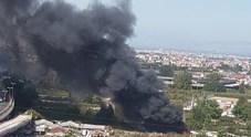 Napoli, fiamme nel campo rom di Scampia: nel cielo una colonna di fumo nero