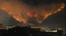 In fiamme le montagne di Sarno, in caserma due giovani piromani