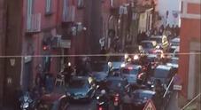 Napoli, via Tarsia bloccata dalle auto in sosta selvaggia e dai parcheggiatori abusivi