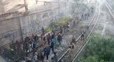 Treno Circum a rischio incendio, passeggeri scendono e raggiungono la stazione sui binari