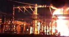 Vasto incendio nella centrale elettrica di Pozzuoli, terrore tra i residenti