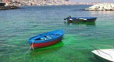 Napoli, mare verde smeraldo a Riva Fiorita: «Ma sono sversamenti tossici»