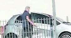 Napoli, il capitano dei vigili va dal barbiere con l'auto di servizio e il collega autista