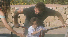 Stefano De Martino e Belen, giochi al parco con il figlio Santiago dopo le polemiche