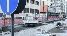 Napoli, via De Gasperi riapre a metà: «Perdiamo 250 euro al giorno»