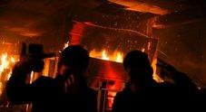 Scontri in Cile contro l'aumento dei prezzi: tre morti in un incendio, imposto il coprifuoco