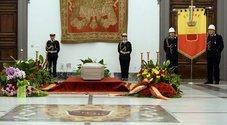 De Crescenzo, l'ultimo saluto della sua Napoli con gli artisti sull'altare