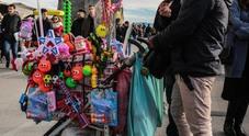 Napoli, tutti in fila per il Reddito: c'è la carica degli ambulanti