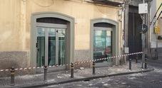 Ancora un crollo a Napoli: calcinacci vengono giù dal palazzo del teatro Politeama