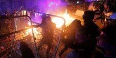 Immagine Migliaia di manifestanti in piazza a Barcellona: cariche della polizia