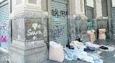 Napoli, lo slalom dei turisti tra bivacchi e rifiuti al museo di San Gennaro