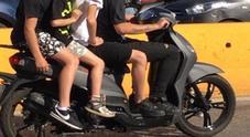 In quattro sullo scooter con i bambini di 4 e 6 anni, fermate e multate nel Napoletano