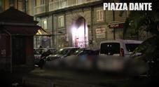 Sosta selvaggia nel cuore di Napoli: «Libraio non può entrare nel suo negozio»