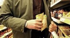 Gli insospettabili ladri dei market: «Rubano perfino le noccioline»