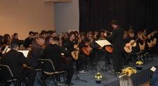 Grande orchestra di chitarre nel liceo musicale