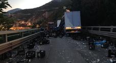 Salerno, tragedia sfiorata: tir finisce contro un'auto e perde il carico