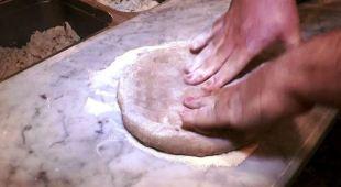 Il pizzaiolo Vincenzo Capuano e la pizza «ritrovata» dell'Antica Roma