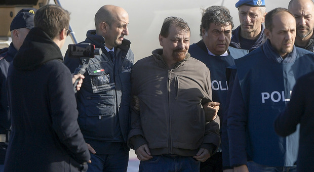 Battisti già in carcere a Oristano: ergastolo senza benefici. Bonafede: «Risultato storico»