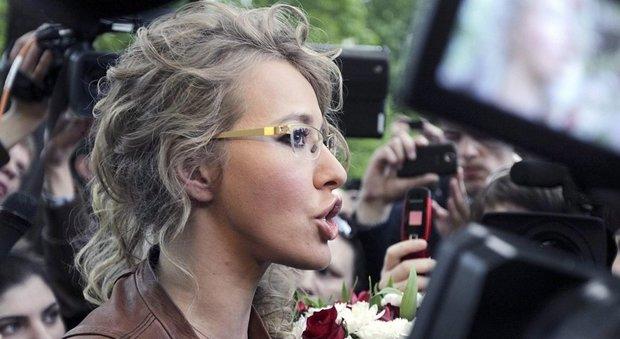 Russia, la star tv Ksenia Sobchak si candida contro Putin: è la figlia del padrino politico del presidente