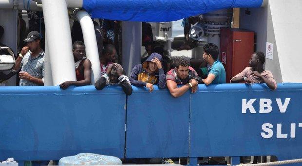 Migranti, nell'accordo di Parigi stretta sulle Ong, soldi alla Libia e controlli delle coste