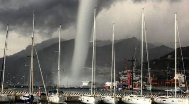 Choc sul lungomare di Salerno: spaventosa tromba marina
