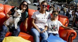 """Fila chilometrica a piazza Barberini per sedersi sul divano della serie tv """"Friends"""""""