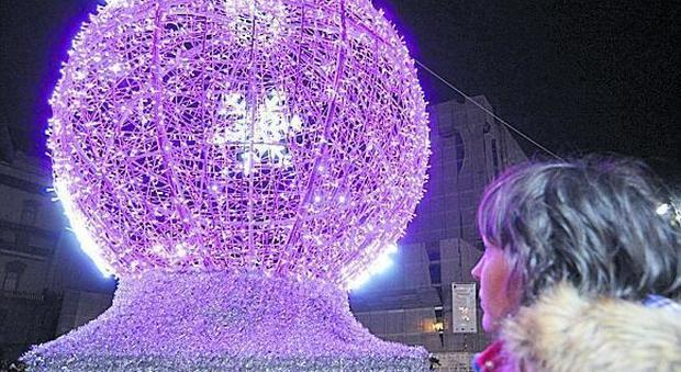 Luminarie pronte all'allestimento Napoli lancia la sfida a Luci d'artista