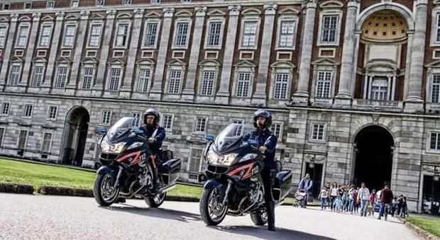 Vendono souvenir davanti alla Reggia di Caserta, multati tre abusivi