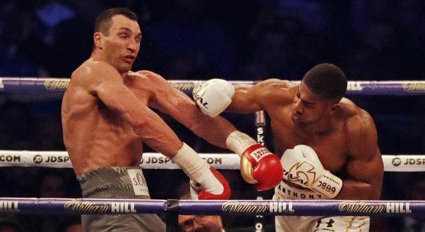 Boxe: spettacolo a Wembley, Joshua batte Klitschko per Ko tecnico