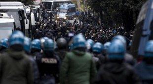 Lazio-Eintracht, scontri all'Olimpico e cariche della polizia, 5 fermi