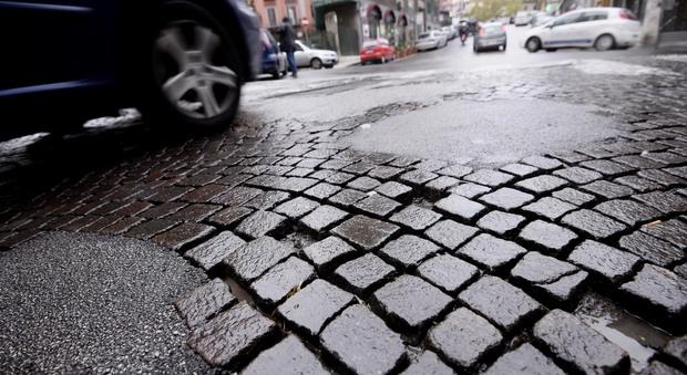 Riviera di Chiaia, dietrofront sui sampietrini La soprintendenza: valuteremo ipotesi asfalto