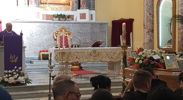Torre Annunziata, funerali di Lucia Il prete: «Nessuno giudichi il suicidio»